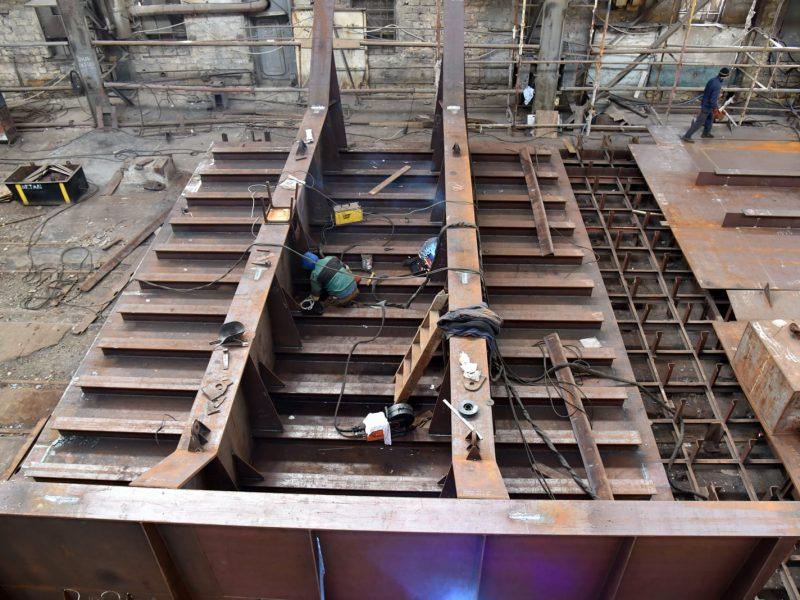 На николаевском судозаводе «Океан» начали ремонтировать затвор сухого дока, который затонул полтора года назад (ФОТО)