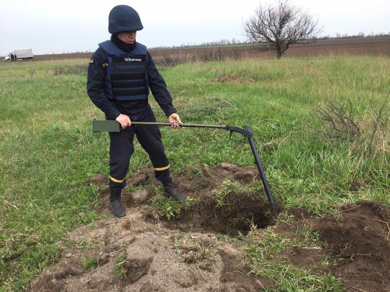 Искал металлолом, а нашел артснаряд: спасатели Николаевщины обезвредили взрывоопасную находку (ФОТО) 3