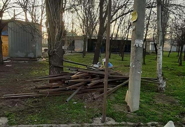 68 деревьев пойдут под нож: в Николаеве начали устанавливать забор вокруг сквера, где намерены построить АТБ (ВИДЕО)