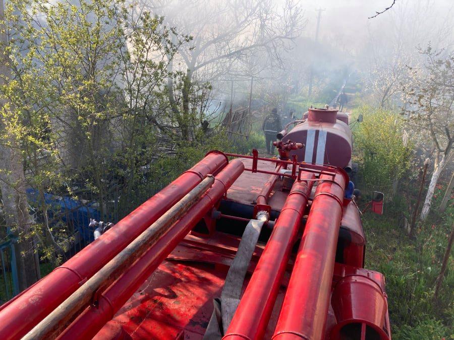На Николаевщине сгорел дачный домик с неизвестным мужчиной - полиция выясняет его личность (ФОТО) 1