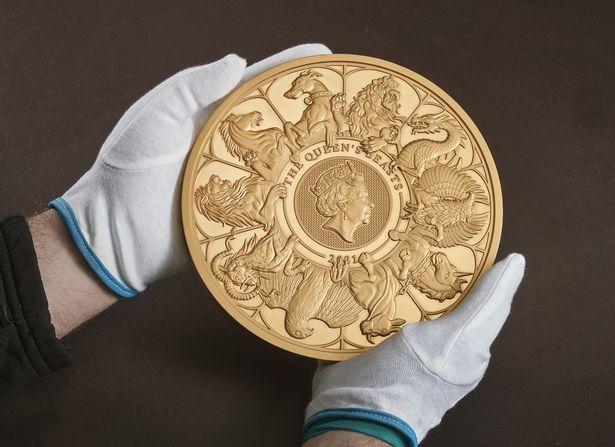 «Звери королевы»: Королевский монетный двор Великобритании выпустил самую большую монету за всю историю (ФОТО)