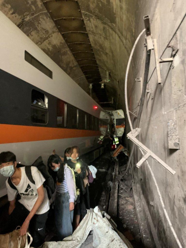 Авария скоростного поезда в подземном туннеле в Тайване: десятки погибших (ФОТО, ВИДЕО) 1