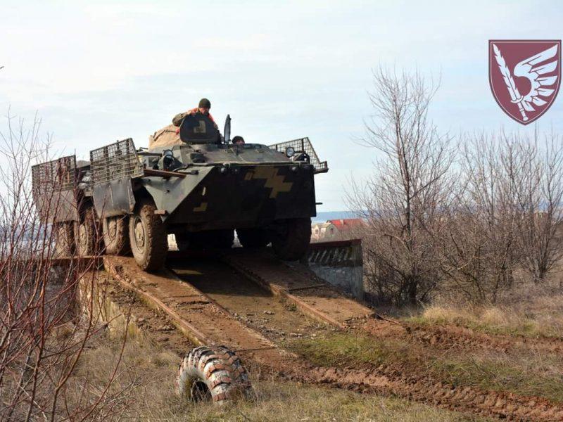 Навыки надо улучшать: николаевские десантники гоняли своих «железных коней» по пересеченной местности (ФОТО)