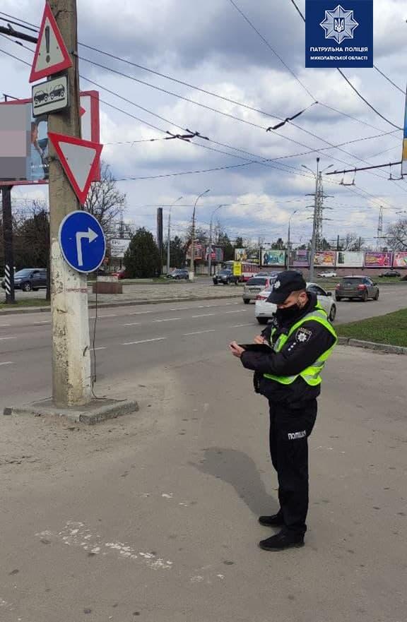 В Николаеве патрульные пошли измерять глубину ям на дорогах и составлять акты (ФОТО) 1