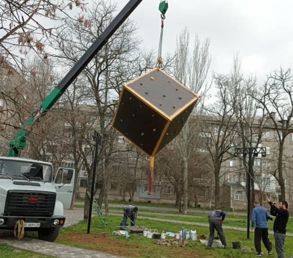 В Николаеве установили куб для скалолазов (ФОТО) 1