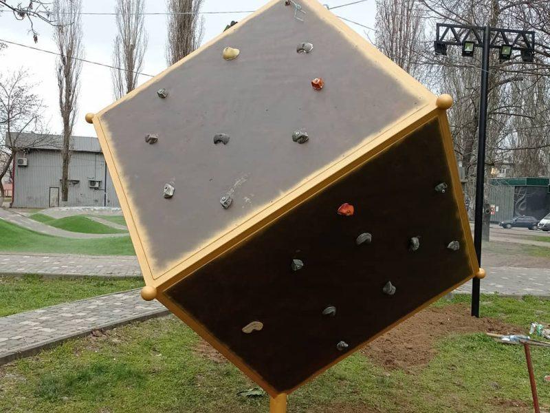 В Николаеве установили куб для скалолазов (ФОТО)