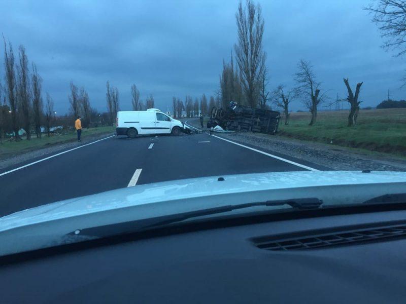 Под Николаевом в ДТП микроавтобус-катафалк  опрокинул грузовик Укрпочты, водитель погиб ОБНОВЛЕНО  (ВИДЕО)
