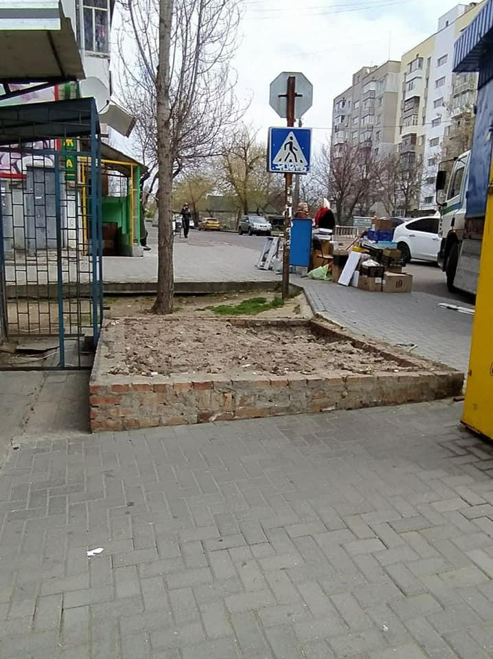 После длительной судебной тяжбы в Николаеве власти снесли киоск, закрывающий обзор дороги 5