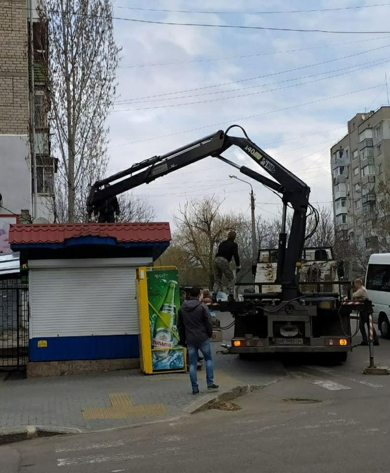После длительной судебной тяжбы в Николаеве власти снесли киоск, закрывающий обзор дороги 3