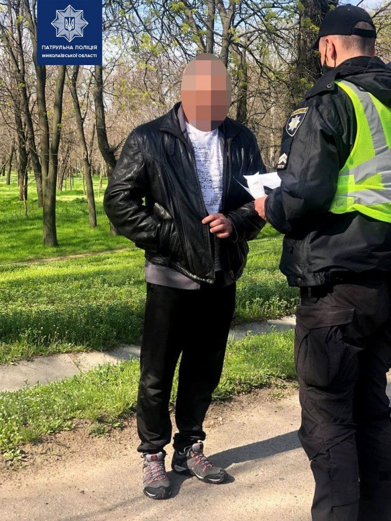 В Николаеве пьяный водитель сбежал с места ДТП и пытался дать взятку догнавшим его патрульным (ФОТО) 1