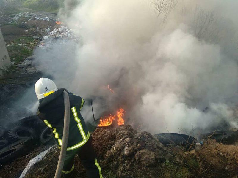 В Николаеве на стихийной свалке тушили большой пожар – горели старые шины и мусор (ФОТО, ВИДЕО)
