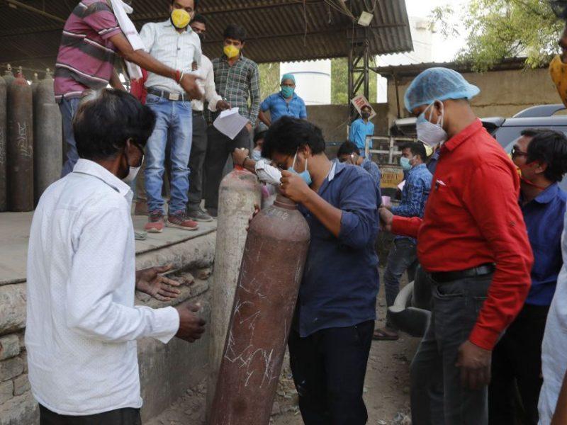 Катастрофа. Индия горит в коронавирусном огне, спекулянты взвентили цены на кислород до $700 за баллон (ФОТО, ВИДЕО)