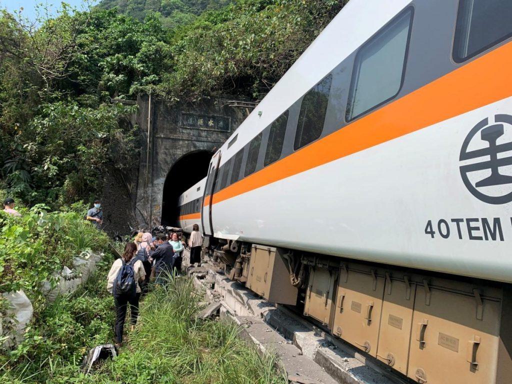 Авария скоростного поезда в подземном туннеле в Тайване: десятки погибших (ФОТО, ВИДЕО) 3