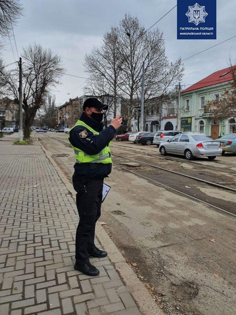 В Николаеве патрульные пошли измерять глубину ям на дорогах и составлять акты (ФОТО) 3