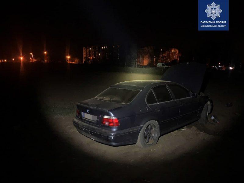 На окраине Николаева загорелся автомобиль. Патрульные выяснили – водитель пьян и вообще не имеет прав (ФОТО)