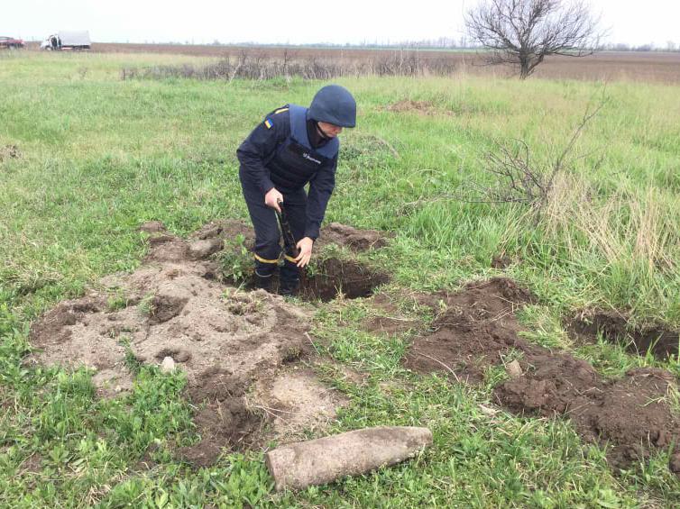Искал металлолом, а нашел артснаряд: спасатели Николаевщины обезвредили взрывоопасную находку (ФОТО) 5