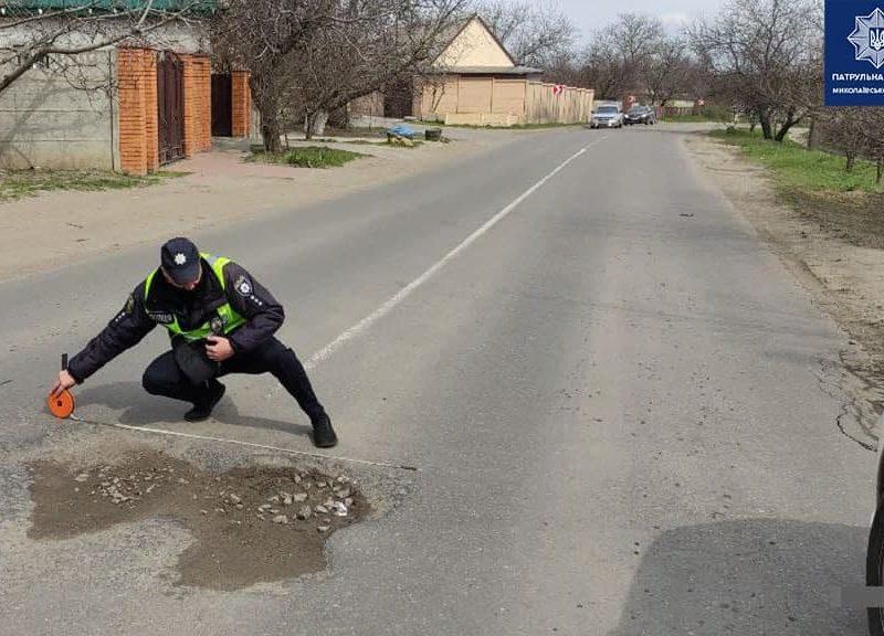 В Николаеве патрульные пошли измерять глубину ям на дорогах и составлять акты (ФОТО)