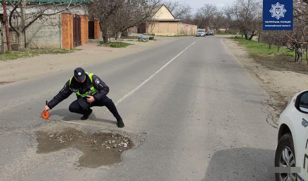 В Николаеве патрульные пошли измерять глубину ям на дорогах и составлять акты (ФОТО) 5