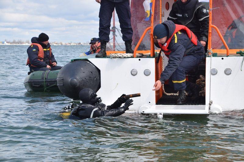 Николаевские спасатели-пиротехники обезвредили 32 взрывоопасных предмета, найденных в море у острова Березань (ФОТО, ВИДЕО)