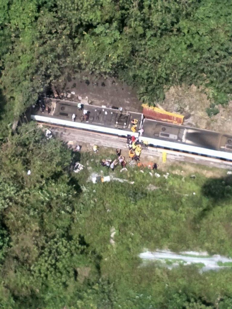 Авария скоростного поезда в подземном туннеле в Тайване: десятки погибших (ФОТО, ВИДЕО) 7