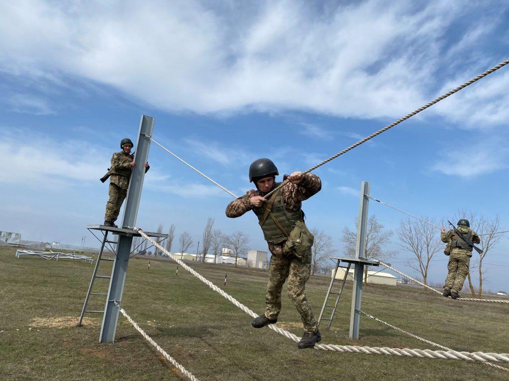 Как курсанты 198 Учебного центра ВМС в Николаеве полосу разведчика проходили (ФОТО) 7