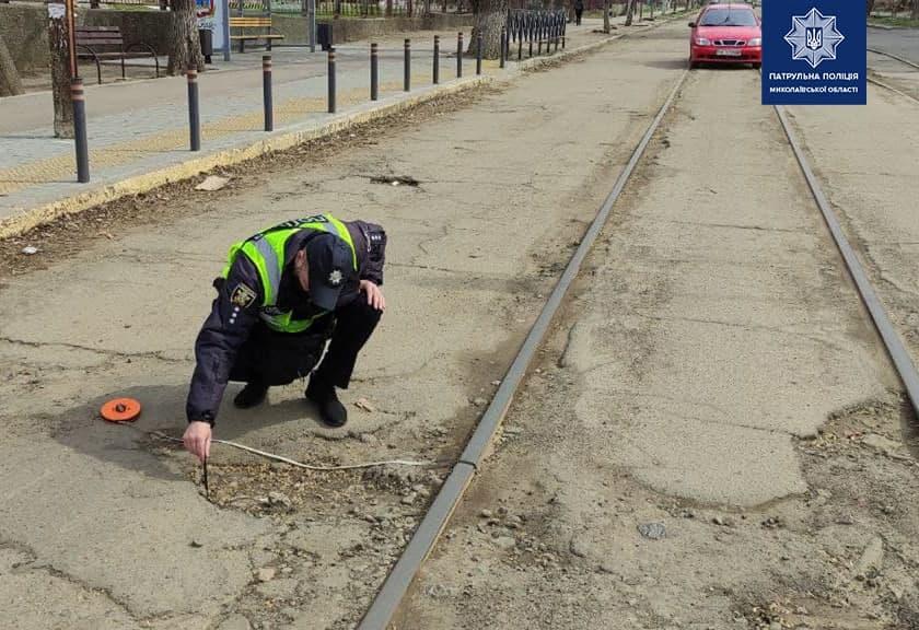 В Николаеве патрульные пошли измерять глубину ям на дорогах и составлять акты (ФОТО) 7