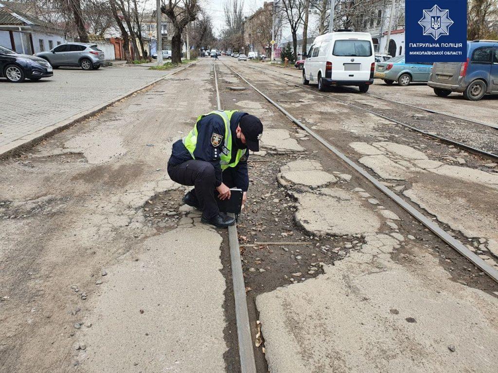 В Николаеве патрульные пошли измерять глубину ям на дорогах и составлять акты (ФОТО) 9