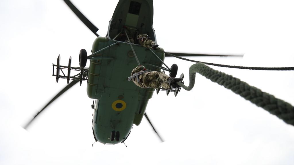 Курсанты Школы морского пехотинца в Николаеве десантировались с моря и воздуха (ФОТО) 9