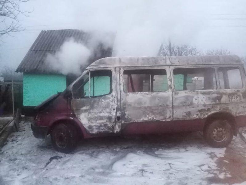 На Николаевщине сгорел микроавтобус, летняя кухня и 3 тонны орехов. И все это – у одного хозяина (ФОТО)