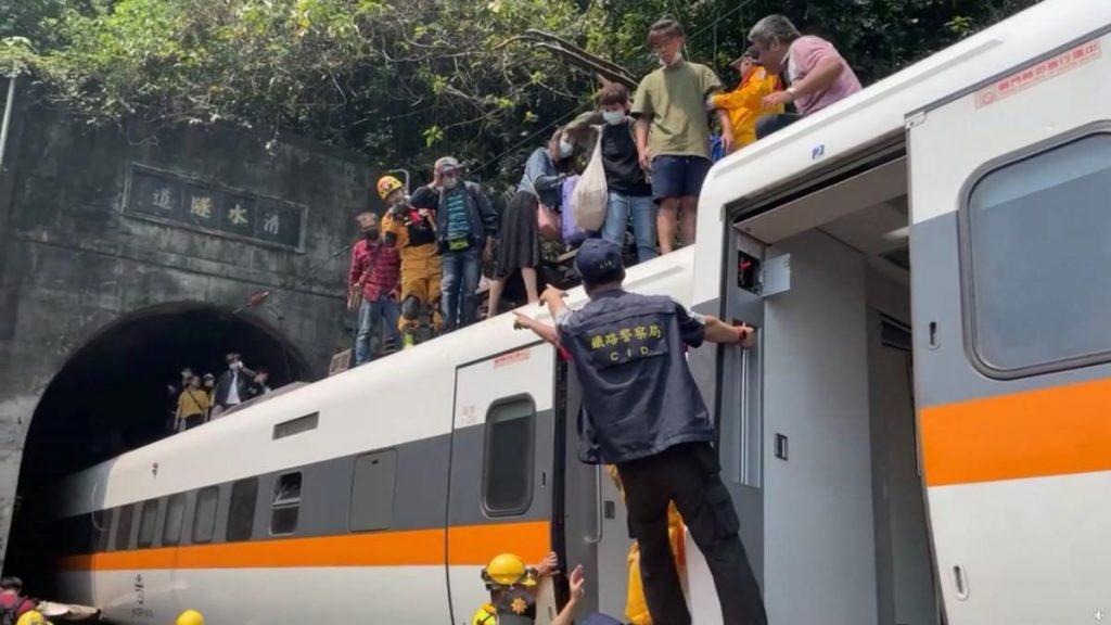 Авария скоростного поезда в подземном туннеле в Тайване: десятки погибших (ФОТО, ВИДЕО) 9