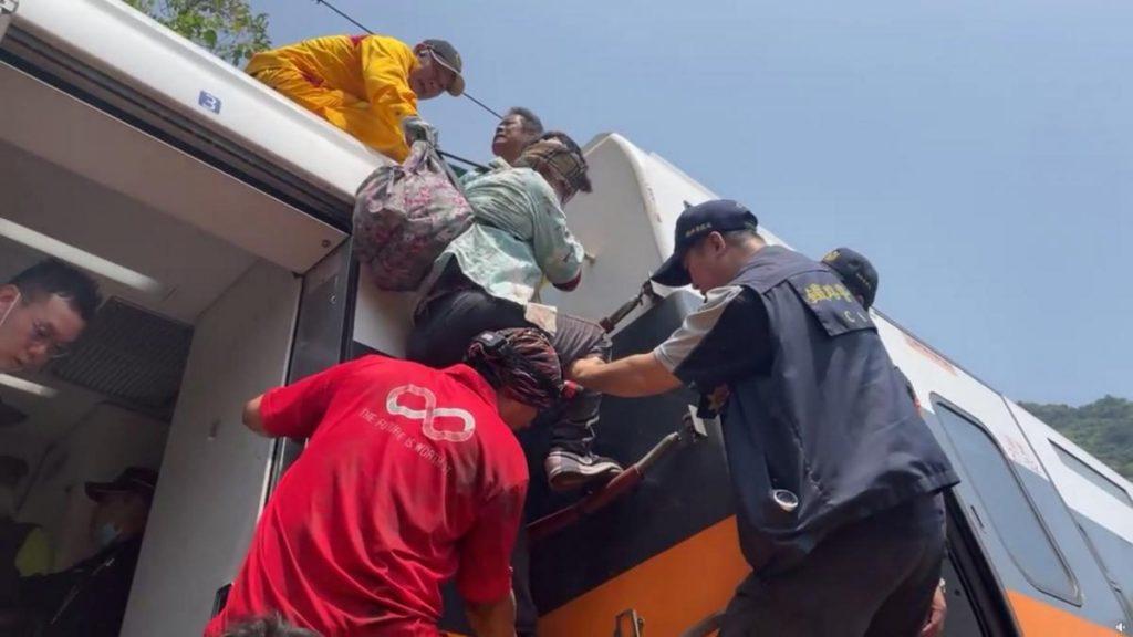 Авария скоростного поезда в подземном туннеле в Тайване: десятки погибших (ФОТО, ВИДЕО) 11