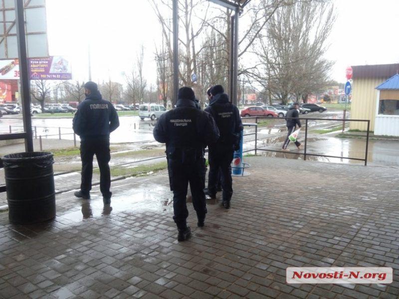 """В Николаеве предприниматели рынка """"Колос"""" пытались работать вопреки карантину: полиция и нацгвардейцы блокировали входы (ВИДЕО)"""
