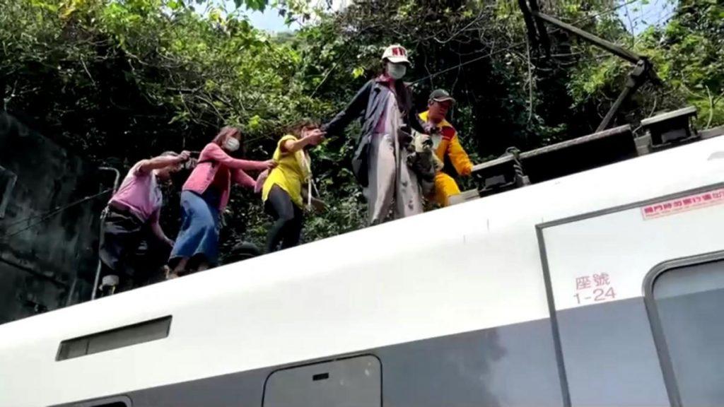 Авария скоростного поезда в подземном туннеле в Тайване: десятки погибших (ФОТО, ВИДЕО) 13