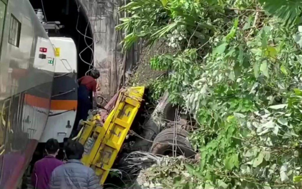 Авария скоростного поезда в подземном туннеле в Тайване: десятки погибших (ФОТО, ВИДЕО) 15