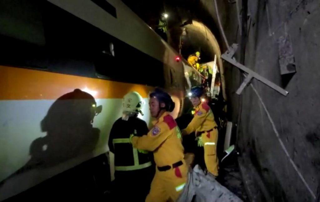 Авария скоростного поезда в подземном туннеле в Тайване: десятки погибших (ФОТО, ВИДЕО) 17