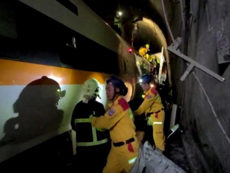 Авария скоростного поезда в подземном туннеле в Тайване: десятки погибших (ФОТО, ВИДЕО)