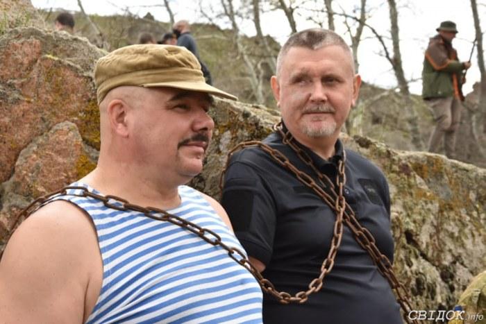 На Николаевщине ветераны АТО цепями приковали себя к острову в знак протеста против затопления «Бугского Гарда» (ФОТО)