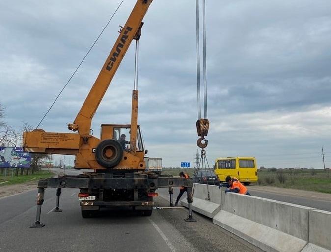 Страшных аварий будет меньше? На трассе Н-11 Днепр-Николаев устанавливают разделительный парапет (ФОТО)
