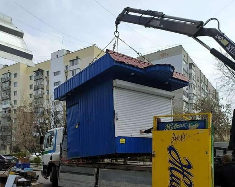 После длительной судебной тяжбы в Николаеве власти снесли киоск, закрывающий обзор дороги