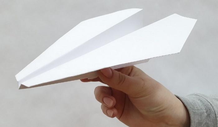 На Львовщине  учительница заставила школьника съесть бумажный самолетик, угрожая ножом (ВИДЕО)