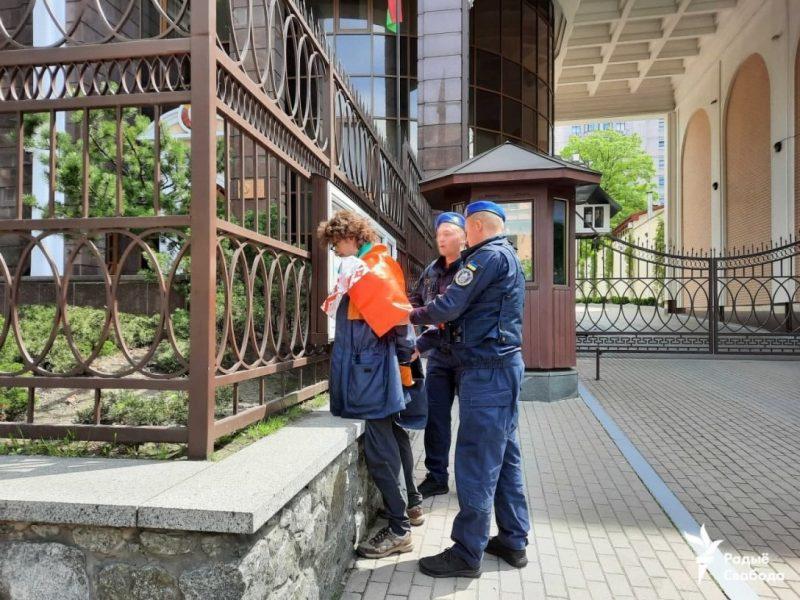 В Киеве мужчина забросал посольство Беларуси мешками с навозом (ВИДЕО)