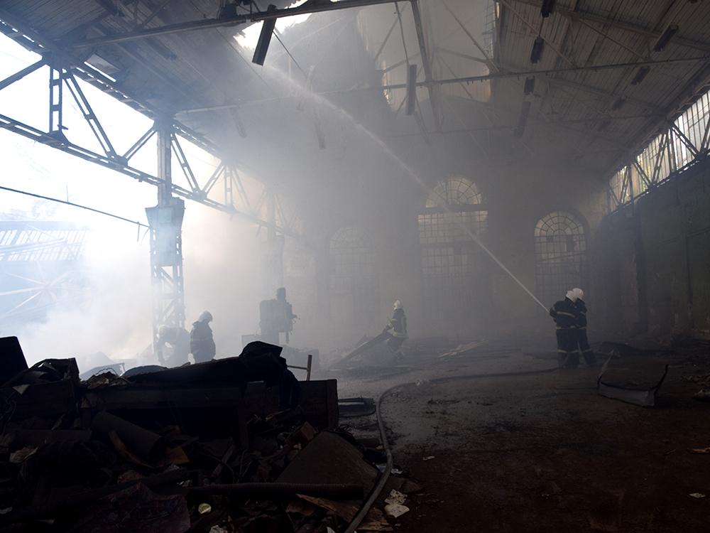 В Николаеве в районе «ЧСЗ» 4 часа тушили неэксплуатируемый цех (ФОТО, ВИДЕО) 3