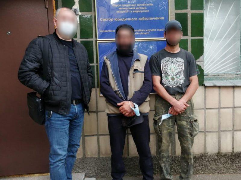 В Николаеве двое нелегалов укладывали плитку на Потемкинской – одного из них точно выдворят (ФОТО)
