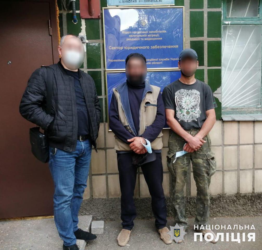 В Николаеве двое нелегалов укладывали плитку на Потемкинской - одного из них точно выдворят (ФОТО) 1