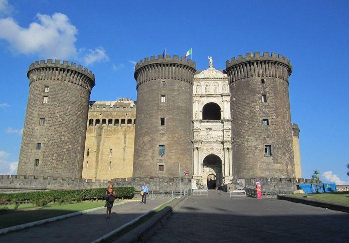 Забытые на десятилетия: в подвале замка в Италии нашли около 400 предметов искусства XVII века