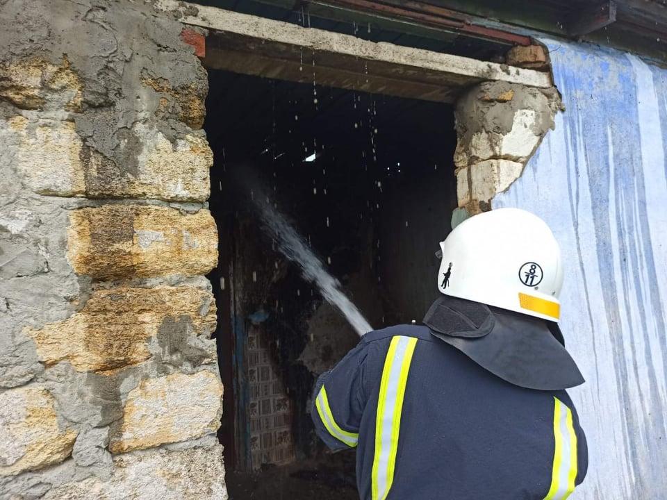 Крыша, хозпостройка и дом: какие пожары в жилье тушили спасатели Николаевщины за сутки (ФОТО) 3