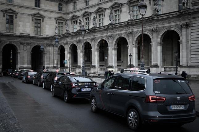В Париже оштрафовали и лишили прав трех водителей – они брали с туристов слишком высокую плату за проезд из аэропорта в город