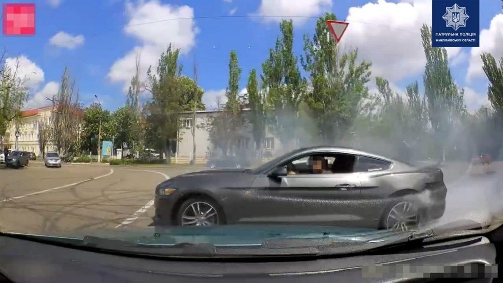 В Николаеве патрульные оштрафовали и отобрали права у дрифтовавшего на «Мустанге» водителя (ФОТО) 1
