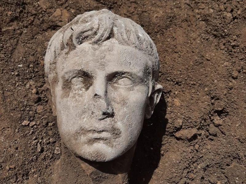 В Италии случайно нашли редкий артефакт – часть бюста первого римского императора (ФОТО)