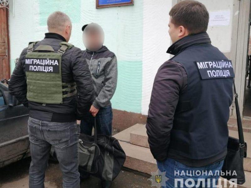 Николаевские полицейские задержали отсидевшего за кражи россиянина и намерены выдворить его из страны (ФОТО)